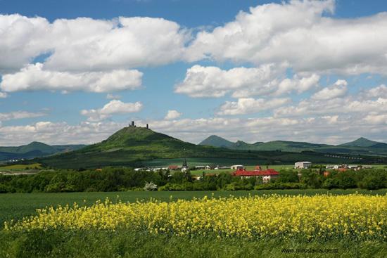 """Die """"Hasenburg"""" mit Blick in das Böhmische Mittelgebirge"""